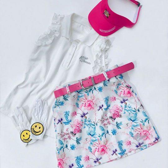 サックスブルーが入るだけで涼しげ猛暑にピッタリな爽やかコーデ。*️パール付きフリルノースリポロシャツ️花柄プリント台形スカート**#キスオンザグリーン #kissonthegreen